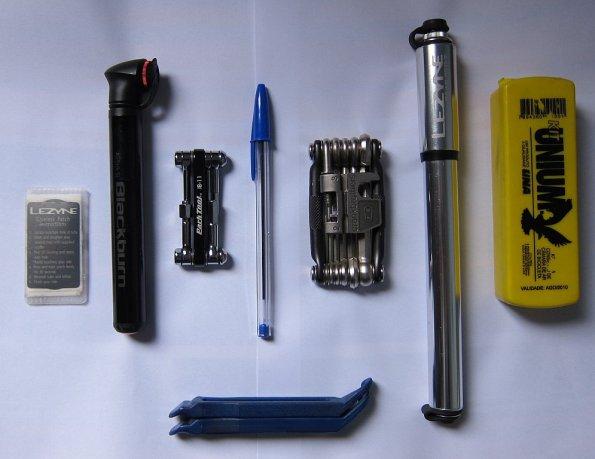 Kit pequeno à esquerda da caneta esferográfica e o kit grande à direita